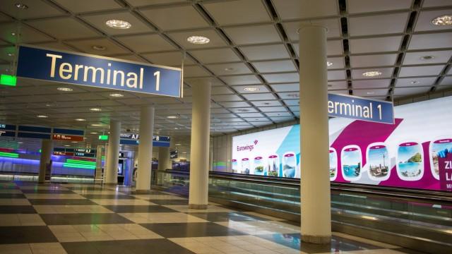 Die meisten Geschäfte, Supermärkte, Restaurants und Autovermietungen am Münchner Flughafen haben geschlossen. Während d