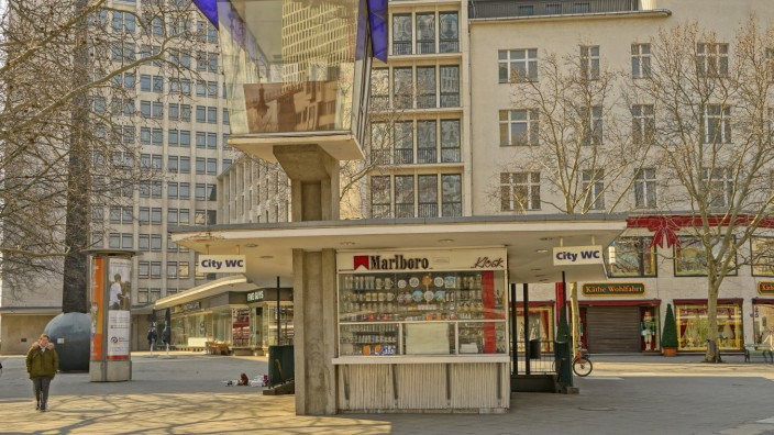 93/ Verkehrskanzel, letzte noch bestehende Verkehrs-kanzel in Berlin steht am Joachimsthaler Platz, Kiosk auf dem Kudamm