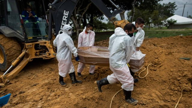 Workers bury a covid-19 victim at the Nossa Senhora Aparecida Cemetery, in Manaus, Amazonas, Brazil, 01 March 2021 (iss