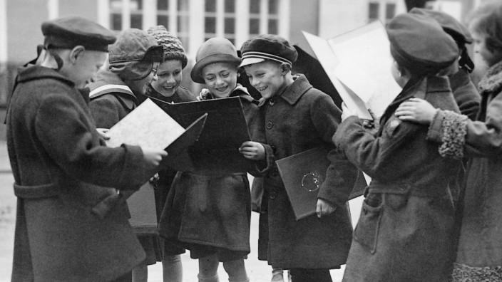 Schüler vergleichen ihre Zensuren, 1929