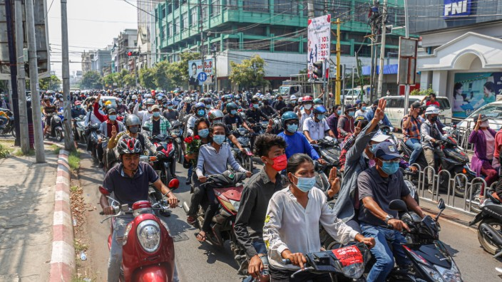 March 4, 2021, Mandalay, Myanmar: People are seen following the hearse carrying the coffin of Ma Kyal Sin on the street.