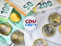 Anstecker von CDU und CSU zwischen Schutzmasken, Geldscheinen und Euromünzen, Symbolfoto Maskenaffäre *** Badges of CDU