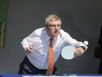 IOC Praesident Dr Thomas Bach Deutschland spielt Tischtennis Aktion am 01 06 2017 Tischtennis W; Thomas Bach