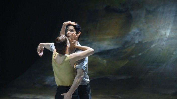 """Tanztheater im Stream: Die Entdeckung der Liebe vor ozeanischem Horizont: """"Der Liebhaber"""" nach Marguerite Duras in der Choreografie von Marco Goecke in Hannover."""
