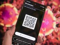 Luca-App, QR-Code auf einem Smartphone. In Kooperation mit dem Berliner Start-up nexenio hat Rapper Smudo von den Fanta