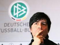 Bundestrainer Joachim Löw (Deutschland) nachdenklich während der Pressekonferenz
