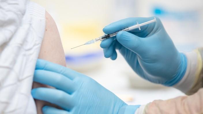 Corona in Deutschland: Impfung in einem Impfzentrum