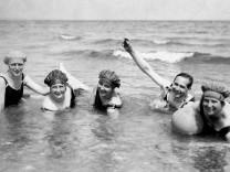 Urlaub, vier Frauen und ein Mann baden im Meer, 1920er Jahre, Usedom, Ostsee, Deutschland, Europa *** Holiday, four wome