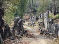 Steinsetzungen säumen die Wege aus den Dörfern zu den Feldern in Nagaland und erinnern so an ihre Erbauer.