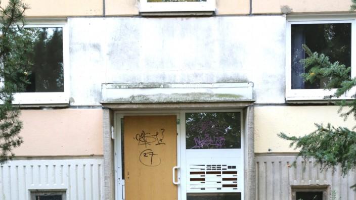 Blick am Dienstag (04.10.2020) in Schwerin auf einen Neubaublock aus DDR-Zeit vor dem Abriss. Das Land Mecklenburg Vorpo