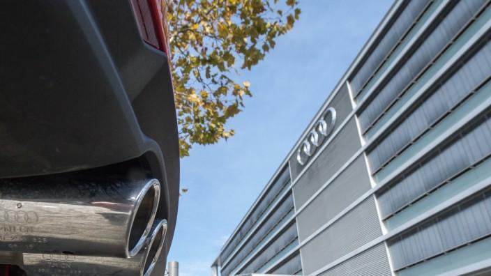 Auspuff vor Firmenzentrale von Audi