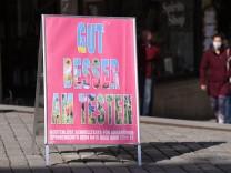 Tuebingen 08.03.2021 Ein Werbeschild, Gut, Besser, am Testen vor dem Arztmobil des DRK Tuebingen auf dem Tuebinger Markt