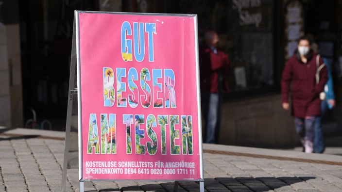 Corona in Deutschland: Werbeschild für kostenfreie Schnelltests in Tübingen