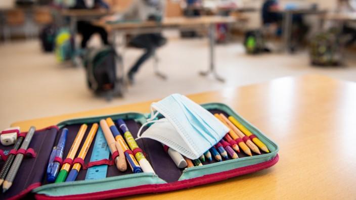 Von Mittwoch an gilt am Sitzplatz keine Maskenpflicht mehr für Grundschüler.
