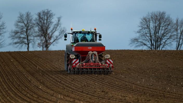 Landwirt sät Sommergerste