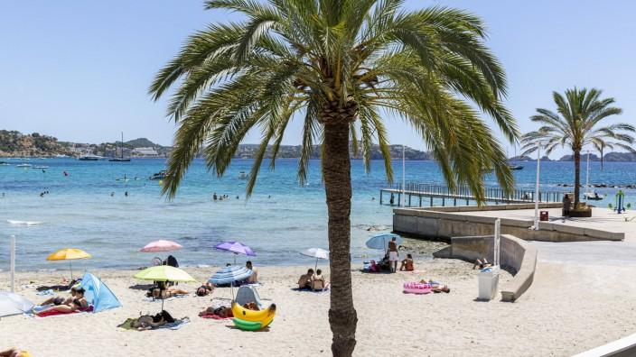 SPANIEN, MALLORCA, PEGUERA, 05.08.2020 - Wenige Strandbesucher an einem Strandabschnitt vom Playa Palmira an der Südwest