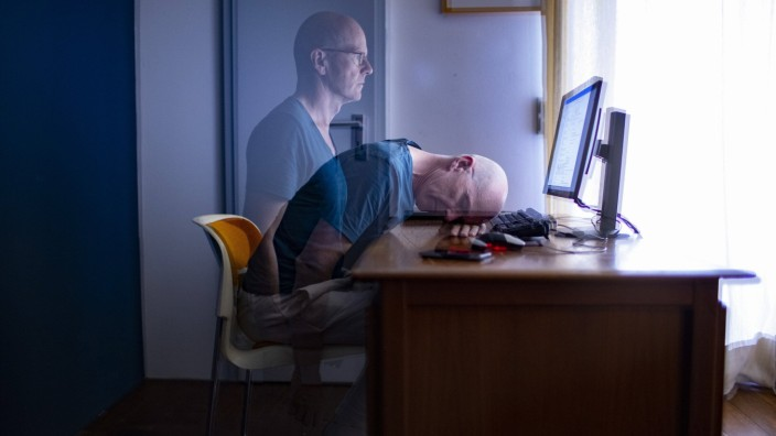Thema: Mann am Schreibtisch. Bonn Deutschland *** Topic Man at the Desk Bonn Germany Copyright: xutexgrabowskyx