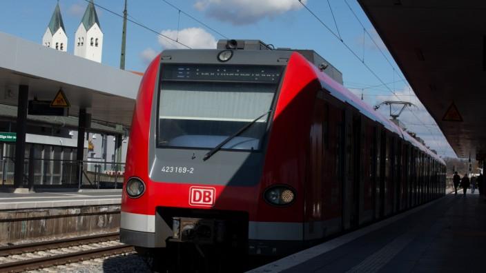 FREISING: Einfahrende S-Bahn S1 - Bahnhof