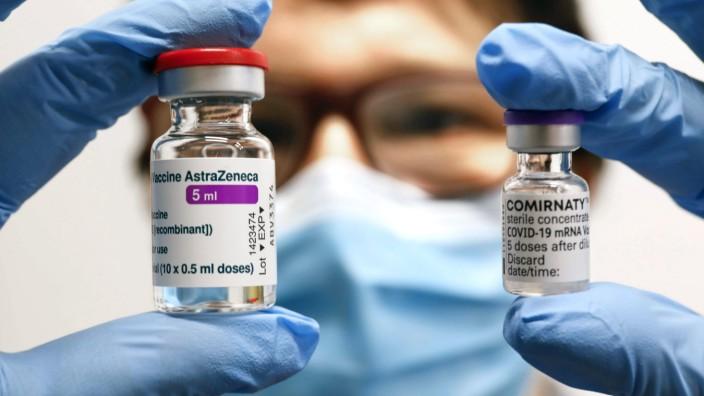 Corona-Impfung: Ampullen mit dem Impfstoff von Biontech und Astrazeneca