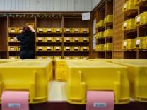 Eine Wahlhelferin in Stuttgart bereitet die Sortierung von Briefwahlstimmen vor.