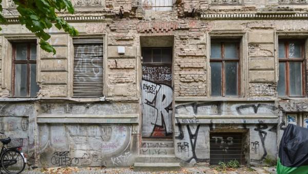 Besuch in Berlin Dieses Bild zeigt ein altes verwahrlostes Haus mit Graffiti 2014 Besuch in Berli