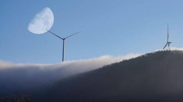 Die Morgensonne steigt ueber dem Tegelberg auf. Der Herbstnebel umhuellt die drei Windraeder.