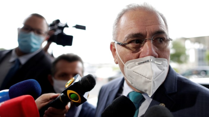 Bolsonaro names cardiologist as health minister to replace a General in Brasilia