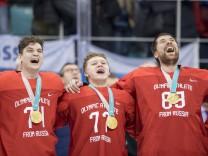 von links Ilya KOVALCHUK Kirill KAPRIZOV Vasili KOSHECHKIN alle OAR RUS singen die russische Na; Russland Eishockey 2018
