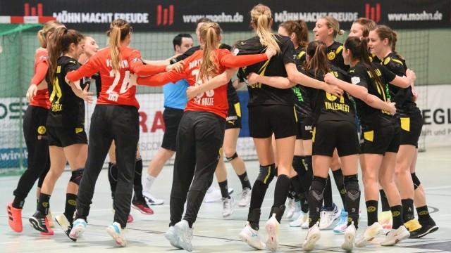 die Dortmunder feiern den 37:30 Auswaertssieg in Metzingen TusSies Metzingen vs. BVB Borussia Dortmund Handball Handbal