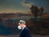 Ministerpräsident Markus Söder auf dem Weg zur Pressekonferenz in der Staatskanzlei. Nach der Kabinettssitzung warnt er vor steigenden Infektionszahlen. Die könnten bald wieder