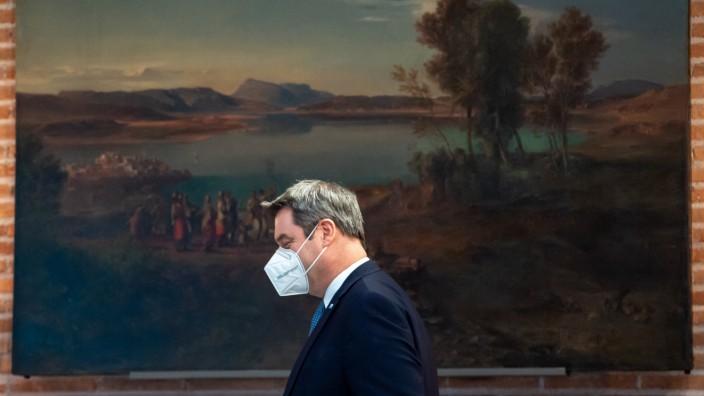 """Ministerpräsident Markus Söder auf dem Weg zur Pressekonferenz in der Staatskanzlei. Nach der Kabinettssitzung warnt er vor steigenden Infektionszahlen. Die könnten bald wieder """"durch die Decke"""" gehen."""