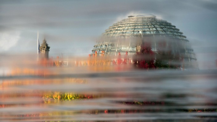 Feature Herbststimmung Spiegelung Blick auf die Reichstagskuppel des Reichstagsgebaeude Besuch
