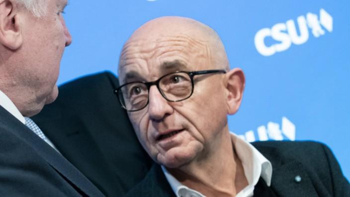 CSU Vorstandssitzung Bundesinnenminister Horst Seehofer unterhält sich mit Alfred Sauter Der Parte