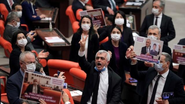 Protest mehrerer HDP-Politiker, nachdem dem Abgeordneten Ömer Faruk Gergerlioğlu (Mitte) Parlamentssitz und Immunität entzogen wurden.