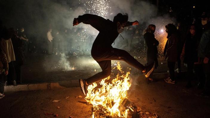 Tschaharschanbe Suri: Bei diesem Brauch springen die Iraner über Lagerfeuer und lassen so das alte Jahr hinter sich.