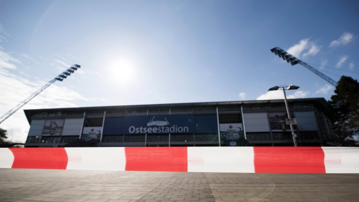 Das Ostseestadion Rostock ist mit einem Absperrband für das Hygienekonzept des FC Hansa gesichert. Erstmals soll es die; Hansa Rostock