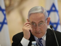 Benjamin Netanjahu steht derzeit als Angeklagter in gleich drei anderen Korruptionsfällen vor Gericht. Dem Enthüllungsjournalisten Raviv Drucker wirft er indes