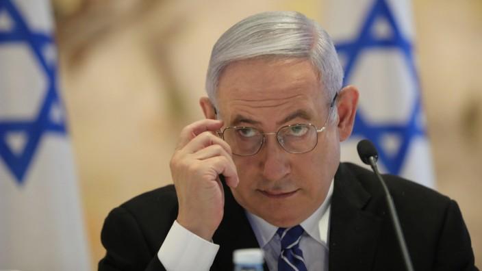 """Benjamin Netanjahu steht derzeit als Angeklagter in gleich drei anderen Korruptionsfällen vor Gericht. Dem Enthüllungsjournalisten Raviv Drucker wirft er indes """"obsessive Verfolgung"""" vor."""