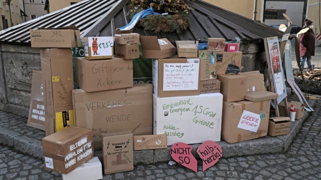 Klimademo: Leere Kartons als Symbol für leere Sprüche der Politik.