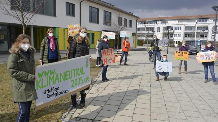Aktionstag: Coronakonform mit Masken und Abstand hat eine Gruppe Unterbiberger und Neubiberger von verschiedenen Initiativen am Tag des globalen Klimastreiks für den Klimaschutz vor dem Pfarrheim von St. Georg demonstriert.