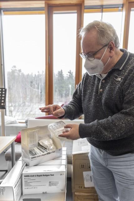 Coronavirus: Vorbehalte: Manfred Jahreis packt die Schnelltests aus.
