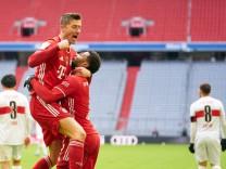 Fussball 1.German Soccer League FC BAYERN MUENCHEN - VFB STUTTGART 4-0 Robert LEWANDOWSKI, FCB 9 celebrates his goal, ha; Lewandowski