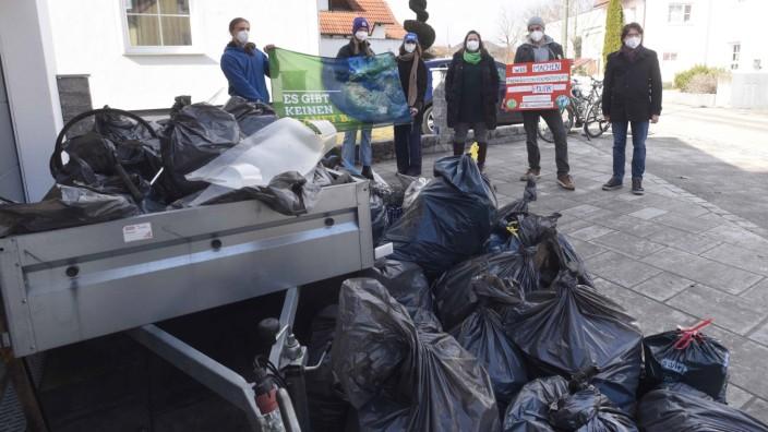 Globaler Weltklimastreik: Die Aktivisten von People for Future Dachau übergeben die vielen gesammelten Müllsäcke an Oberbürgermeister Florian Hartmann.
