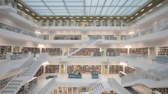 Galeriesaal mit Treppenaufgängen der Stadtbibliothek am Mailänder Platz Architekt Eun Young Yi Stu