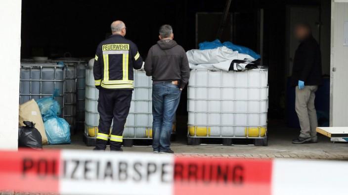 Polizisten bewachen Drogenlabor