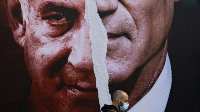 Wahl in Israel 2021: Plakatwand mit Bildern von Benny Gantz und Ministerpräsident Benjamin Netanjahu