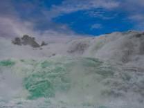 Tosend stuerzen die Wassermassen des Rheins bei Neuhausen in der Schweiz in die Tiefe..Der Rheinfall ist einer der gewal