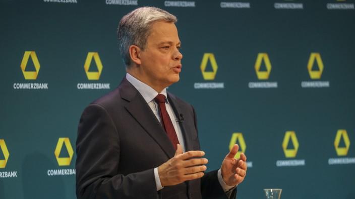 Commerzbank: Manfred Knof bei seiner ersten Commerzbank-Pressekonferenz im Februar. Der Manager kommt von Allianz und Deutscher Bank.