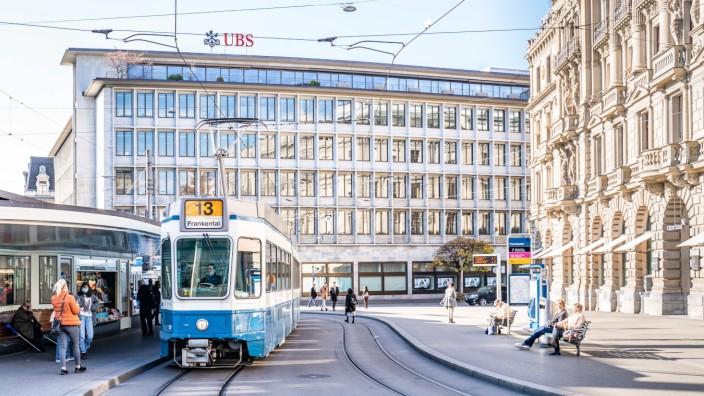 12.11.2020, Zürich, Finanzmarkt Schweiz und Banken, Paradeplatz mit Credit Suisse Hauptsitz (rechts), UBS-Geschäftsstell