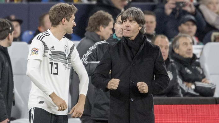 Thomas MUELLER l Müller GER mit Joachim Jogi LOEW LÖW Trainer Bundestrainer GER Einwechslu; JOachim Löw Thomas Müller